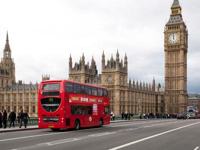 В Лондоне мужчина из-за сильного ветра попал под автобус