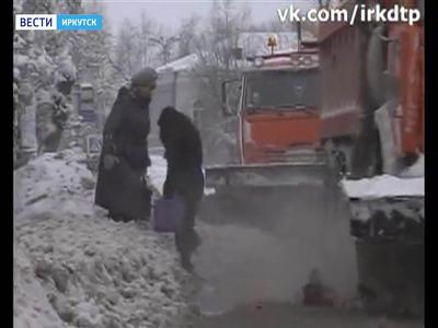 Иркутянки едва не стали жертвами снегоуборочной техники