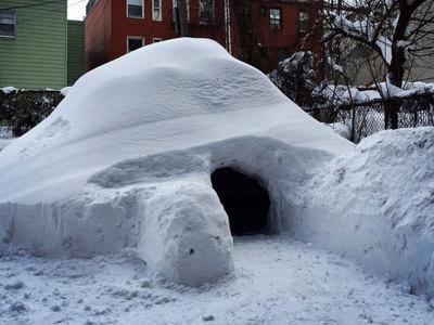 Американец построил домик из снега и сдал его в аренду