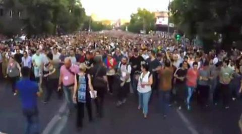 После ухода полицейских в центре Еревана снова строят баррикады из урн