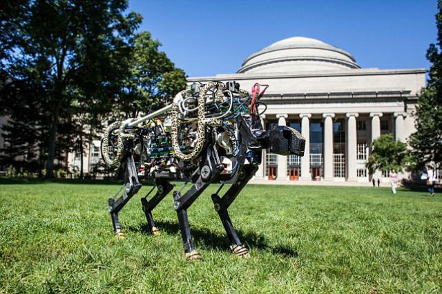 Робот рядом со зданием Массачусетского технологического института (фото Jose-Luis Olivares/MIT).