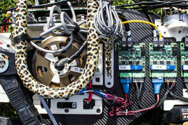 Электродвигатели и усилитель (фото Jose-Luis Olivares/MIT).