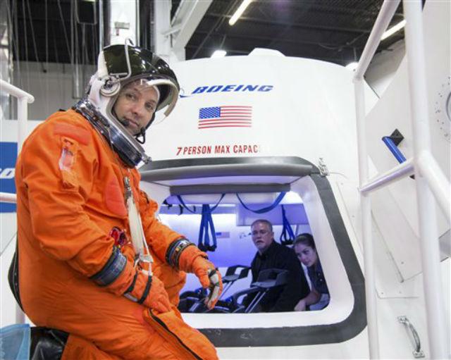 Астронавт Рэнди Бресник (Randy Bresnik) тестирует капсулу CST-100 (фото NASA).