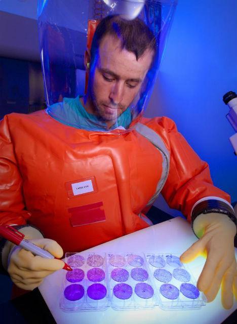 Учёные, работающие с вирусом Эбола, должны носить специальные защитные костюмы (фото CDC/ Dr. Scott Smith).