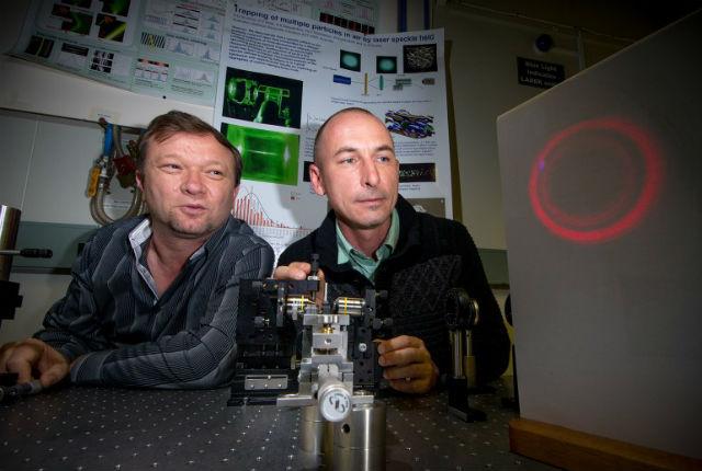 Физики создали установку, которая светит ярким лазером по краям, но внутренняя область луча является тёмной (фото Stuart Hay, ANU).