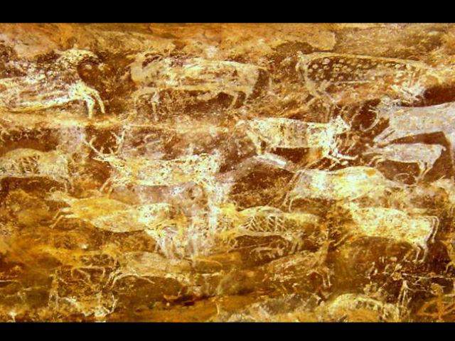 Доисторические рисунки копытных животных в пещере с акустическим эффектом громовой реверберации, скальные жилища Бхимбетка, Индия (фото Steven Waller).