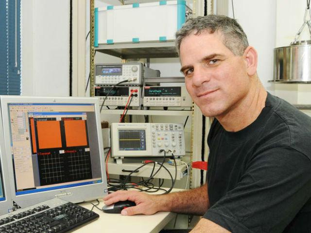 Ведущий автор исследования Дэнни Порат надеется, что однажды ему удастся собрать полностью функциональную схему на основе ДНК (фото Hebrew University of Jerusalem).