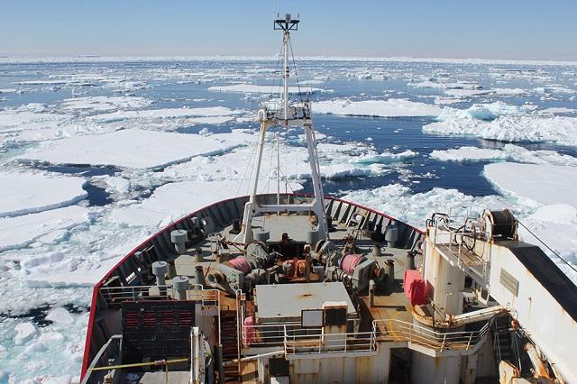 Исследовательское судно Джеймс Кларк Росс в море Уэдделла, январь 2012 года (фото Andrew Thompson/Caltech).