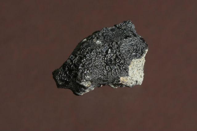 Осколок марсианского метеорита содержит углеродные вкрапления (фото Alain Herzog/EPFL).