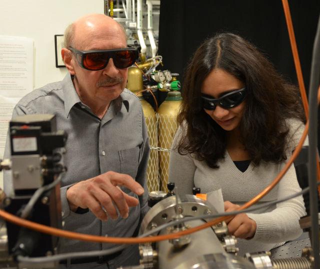 Проверка вакуумных камер аттосекундного лазера перед проведением эксперимента (фото UC Berkeley/Robert Sanders).