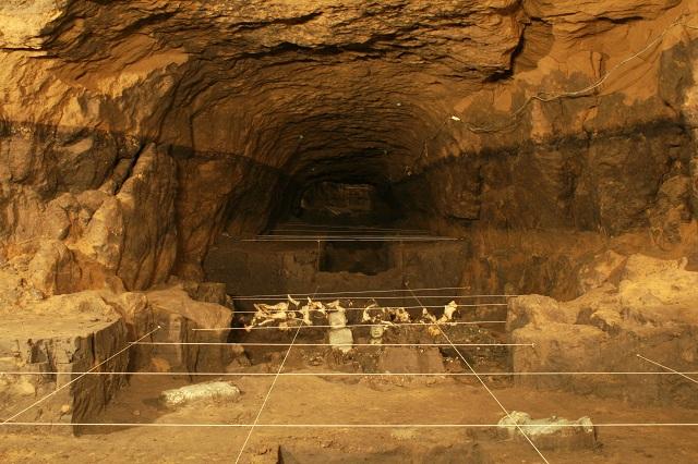 Длинный тесный коридор пролегает под центральной частью пирамиды Пернатого Змея (фото INAH).