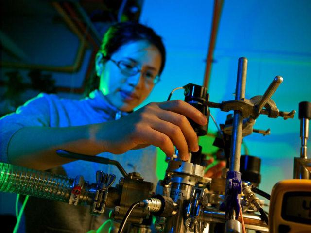 Соавтор исследования Маньцзинь Чжун в лаборатории твердотельной спектроскопии (фото ANU).