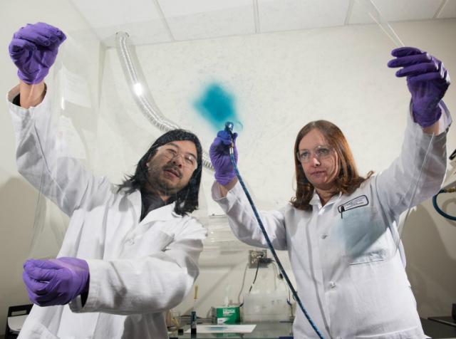 Исследователи Эрик Шен и Анна Эстергольм продемонстрировали, что плёнки из электрохимических полимеров можно использовать и для обширных поверхностей (фото Rob Felt).