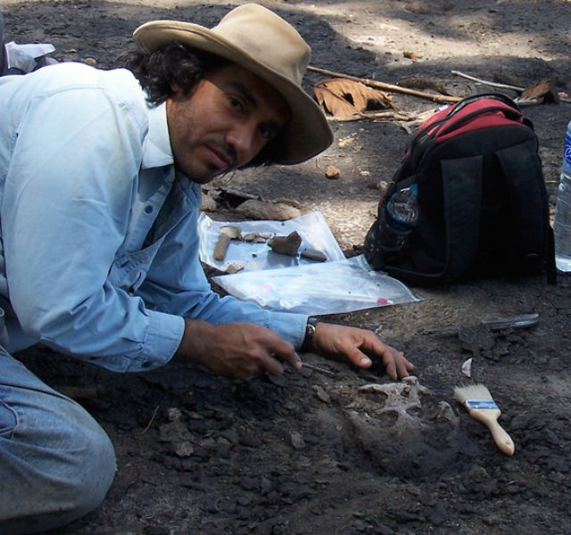 Один из авторов исследования, Родольфо Салас-Гисмонди, во время раскопок (фото Bruce Shockey).