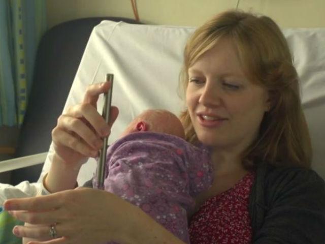 Рейчел Эдвардс, которая согласилась вместе с сыном принять участие в эксперименте, демонстрирует работу специальной палочки-стимула для слабого болевого воздействия (фото Oxford University).