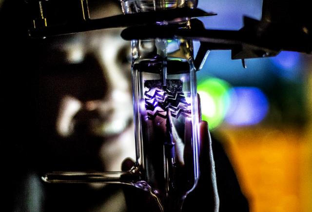 Сотрудники Мичиганского университета демонстрируют способность материала растягиваться и при этом работать (фото Joseph Xu, Michigan Engineering).