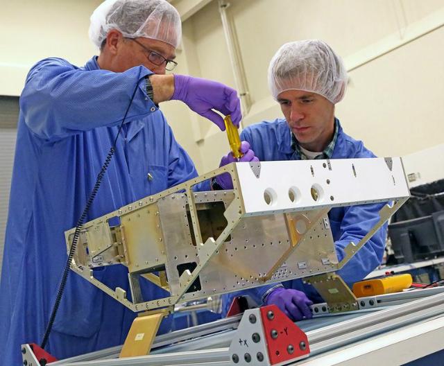 """Инженеры начали строительство первого из восьми микроспутников для """"Глобальной навигационной спутниковой системы циклонов"""" (фото SwRI)."""