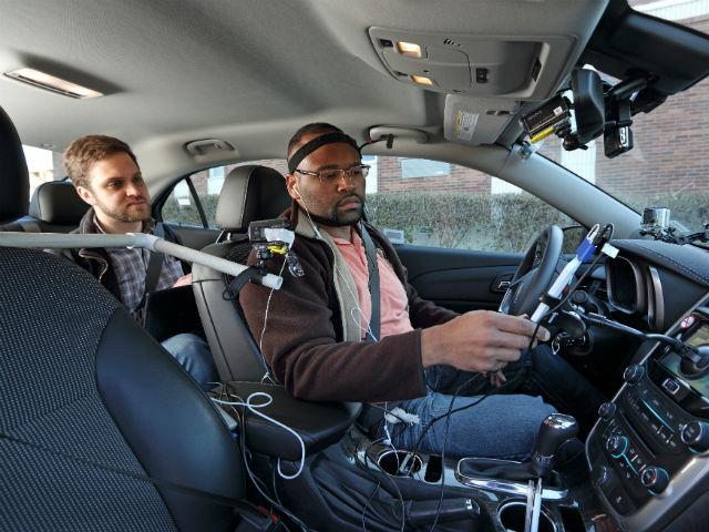 Участник эксперимента за рулём автомобиля (фото AAA Foundation for Traffic Safety).