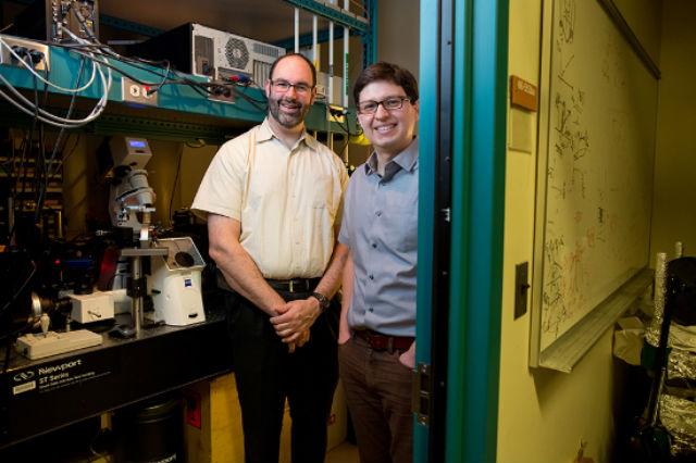 Ведущий автор исследования Майкл Страно и его коллега Хуан Пабло Хиральдо (фото Bryce Vickmark/MIT).