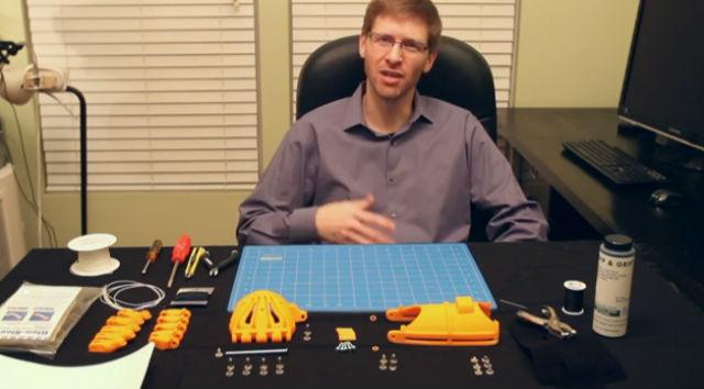 Джереми Саймон, создатель нового дешёвого и удобного протеза (кадр из видео 3D Universe).