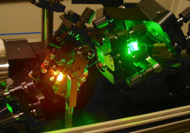 В качестве осциллятора физики использовали титан-сапфировый лазер (фото Wikimedia Commons).