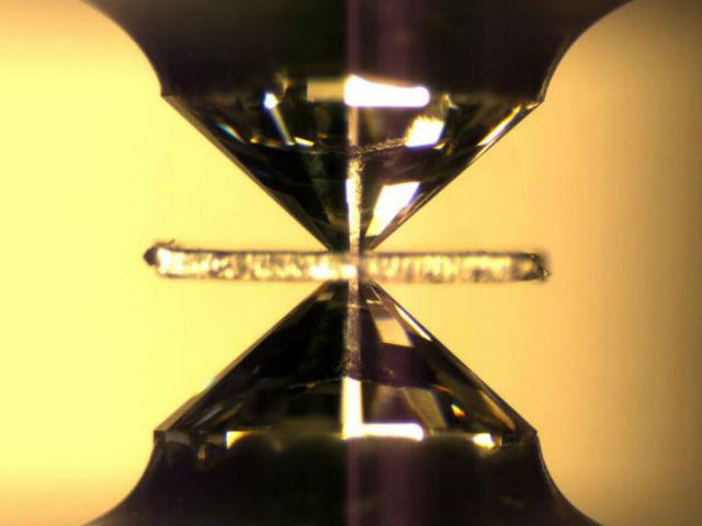 Алмазная наковальня, которая имитирует давление в недрах Земли. Между наконечниками (5 мм в диаметре) расположен кусок минерала, который претерпевает изменения, характерные тем, что происходят в мантии планеты (фото Steve Jacobsen/Northwestern University).