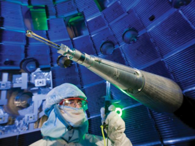 Тщательно откалибровав приборы, учёные смогли сжать алмаз до плотности, вчетверо превышающей его естественную (фото Philip Saltonstall/Lawrence Livermore National Laboratory).