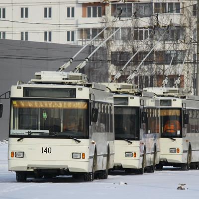 В Новосибирске фонарный столб рухнул на троллейбус