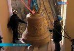 Два благовестных колокола подняли на северную колокольню Александро-Невской Лавры