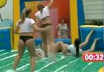 Девушки играют в водный футбол в бикини