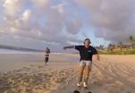 Лыжники - экстремалы тренируются на песчаном пляже