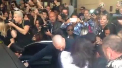 Видео нападения украинского журналиста на Ким Кардашьян попало в Сеть
