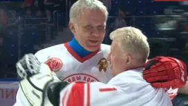 Легенды хоккея провели боевое крещение