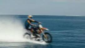 Экстремал катается по волнам на мотоцикле
