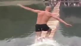 Чудеса ловкости. Монах научился бегать по воде